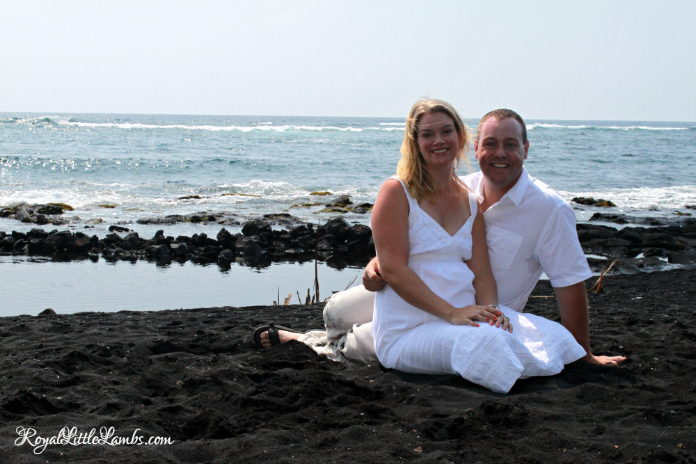 punalu%ca%bbu-beach-couple-photo